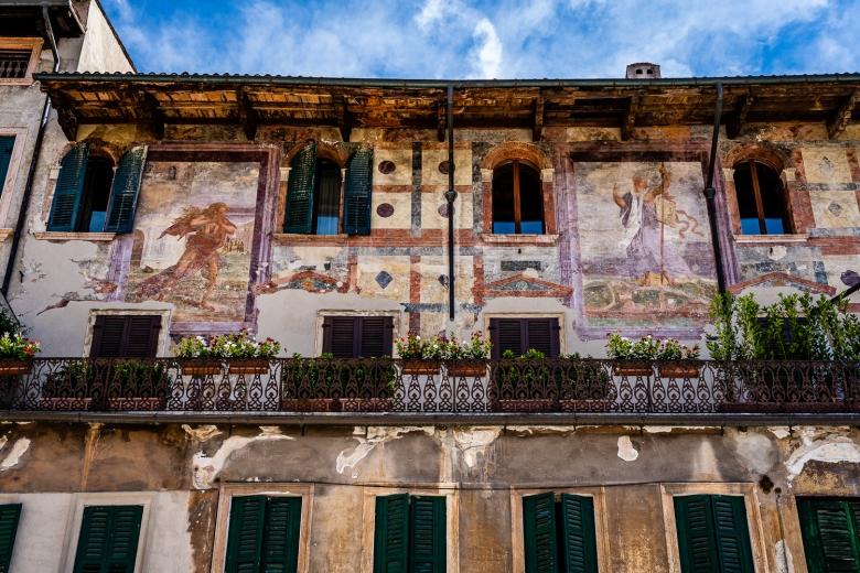 Frescos in Pizza delle Erbe, Verona